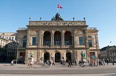 El Teatro Real de Copenhague en la plaza Kongens Nytorv es de visita indispensable si te gusta la ópera o el ballet