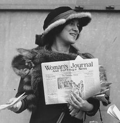 MS-FÉM-USA.21B.1(N)-----    1913 : Suffragist Margaret Foley distributing the Woman's Journal and Suffrage News.