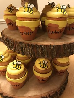 Winnie The Pooh Baby Shower Cupcakes Winnie Pooh Torte, Gender Reveal Themes, Disney Gender Reveal, Gender Reveal Cupcakes, Bee Gender Reveal, Baby Shower Gender Reveal, Baby Birthday Themes, 1st Birthday Girl Party Ideas, Bee Birthday Cake