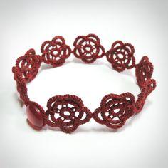 O estilo floral e romântico desta pulseira é perfeito para um toque bem feminino!