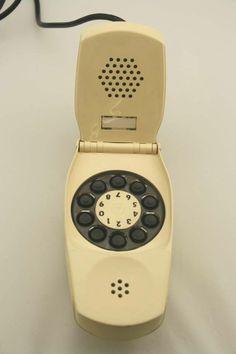 Telefono #Grillo, progettato da #Sapper e #Zanusso e prodotto da #Siemens nel 1967. Rivoluzionaria la chiusura a conchiglia. Prende il nome dalla suoneria che ricorda il verso dell'insetto.