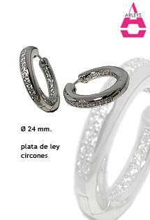 Pendientes de aro de plata 925 milésimas, pulida y con los mejores acabados de la firma Arleys Jewelry. Lleva microengastadas circonitas blancas en el cuerpo del pendiente. Joyería de lujo en plata. Diámetro de 24 milímetros.