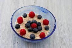 Porridge estivo ai fiocchi di avena con frutti di bosco