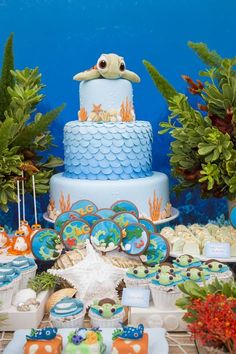 "Para o terceiro aniversário do pequeno, a decoradora Ana Luiza Bertelli, da Creazioni, desenvolveu o tema preferido do menino, que ama os filmes Procurando Nemo e Dory. ""Optei por fundo do mar, de … Birthday Wall, Moana Birthday, Boy First Birthday, 1st Boy Birthday, First Birthday Parties, Under The Sea Party, 1st Birthdays, Baby Party, Birthday Decorations"
