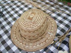 Lauhala hat Holualoa is known for its art galleries, estate-grown coffee and, of course, the Holualoa Inn. But did you know that Holualoa has been a hub Weaving Art, Loom Weaving, Hand Weaving, Weaving Designs, Weaving Patterns, Hawaiian Crafts, Crochet Summer Hats, Flax Fiber, Polynesian Art