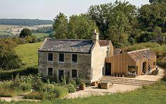 Voici le résultat d'un projet rondement mené par les architectes d'Invisible Studio, une résidence conçue à partir des restes d'un ancien corps de ferme à Bath dans le comté de Somerset, Royaume-Uni. Mélange de vieilles pierres pour ce qui est de la structure de base et de bois de récup' pour l'extension, un rendu rustique, accueillant et moderne.
