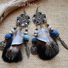 Boucles d'oreilles ethniques attrape rêves, plumes de coq et faisan, perles roche volcanique et céramique, om