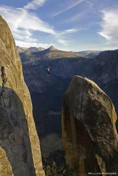 breathtaking yosemite slacklining c/o @Will Voelker Rossiter (Lost Arrow)