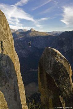 breathtaking yosemite slacklining c/o @Will Voelker Rossiter (Lost Arrow)