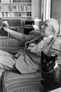 Jorge Luis Borges, uno de los autores más importantes del siglo XX, conocido sobretodo por sus complejos y extraordinarios libros de cuentos, sentado al lado de su gato.