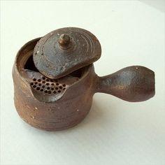 Using Ceramic Plates as Wall Decorations Pottery Teapots, Ceramic Teapots, Ceramic Cups, Ceramic Pottery, Pottery Art, Ceramic Art, Vase, The Potter's Hand, Ceramic Glaze Recipes