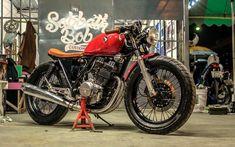 タイのカスタムショップ Sabbath Bob CustomsによるGB250クラブマンカスタム。 海外らしいタフカスタムが際立った一台で、全体的にはカフェ仕様なんですが、個人的には「CB1100っぽい仕上がりだな」との印象。  トップブリッジの替え方、斬新。 バイクにウッディ調を取り入れるのが珍しいですね。    ん〜、重厚感ありますね。 たまにクラブマンのボバー風なカスタムを見かけますが、一体どこまでパフォーマンスを発揮するのか気になるところです。 ボバーカスタムのクラブマン動画でも探してみようと思うので、また発見次第アップしますね! では。 Sabbath Bob Customs Another GB250 by Sabbath Bob Customs