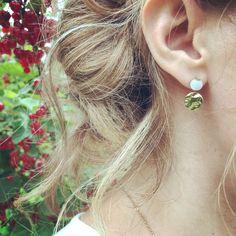 """Boucles d'oreilles puces dorées, sequins martelés et perles galet blanches facettées, plaqué or, """"Les petites martelées"""" Diamond Earrings, Pearl Earrings, Bijoux Diy, Plaque, Pearls, Inspiration, Etsy, Jewelry, Small Stud Earrings"""
