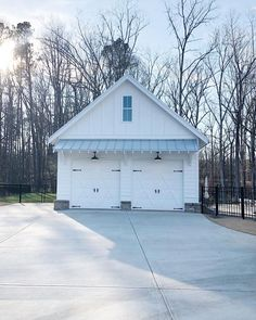 Detached garage in all its simplicity ✖️✖️I get a lot of questions about this garage : it is not the main garage, our home has a 3 car… Pole Barn Garage, Wood Garage Doors, Garage Door Design, Garage Door Makeover, Garage Renovation, Coastal Farmhouse, Modern Farmhouse, Farmhouse Decor, Rustic Decor