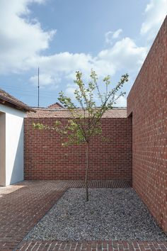 This single multi-generational family home was designed by Jan Proksa to create a modern brick house in brick garden in Czech Republic Brick Courtyard, Brick Paving, Brick Garden, Brick Facade, Fence Garden, Garden Pool, Design Exterior, Brick Design, Brick Architecture