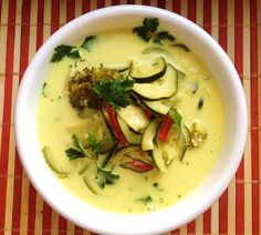 Tajska zupa z cukinią i brokułem | Vegabutik.pl Blog Soup Recipes, Healthy Recipes, Cheeseburger Chowder, Zucchini, Food Porn, Food And Drink, Healthy Eating, Favorite Recipes, Meals