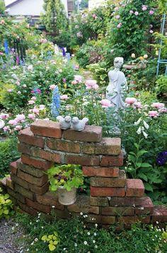 Small Cottage Garden Ideas, Front Flower Beds, Garden Edging, Rustic Gardens, Diy Garden Decor, Yard Art, Beautiful Gardens, Greenery, Garden Sculpture