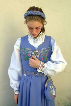 Basic traditional Nórska girls' garb (National Costume from Oslo, Norway) Folklore, Norway Viking, We Wear, How To Wear, Lofoten, Folk Costume, People Of The World, Traditional Dresses, Dame