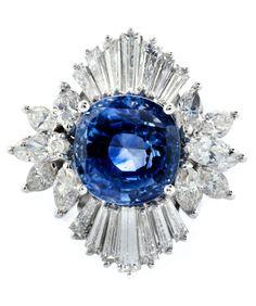 Ringweite: 57. Ringkopfdurchmesser: ca. 2,7 cm. Gewicht: ca. 11,4 g. WG 750. Prächtiger hochwertiger Ring mit einem feinen Ceylonsaphir im Kissenschliff, ca....