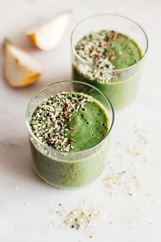 Spring Green Detox Madness Smoothie | http://helloglow.co/detox-smoothie-recipe/