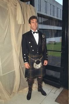 Mel Gibson, always looks great in a kilt unless he's in the midst of a crazed rage Scottish Man, Scottish Kilts, Scottish Dishes, Mel Gibson, Scotland Men, Scotland History, Great Kilt, Tartan Kilt, Plaid