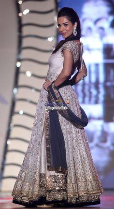 Malaika Arora Khan for Manish Malhotra ❥ India Fashion, Asian Fashion, Fashion Show, Women's Fashion, Anarkali, Churidar, Salwar Kameez, Lehenga, Indian Wedding Outfits