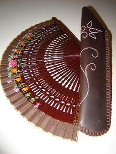vidriocandela: funda para abanico en cuero Hand Fan, Ideas, Leather Accessories, Slipcovers, Arts And Crafts, Hand Fans, Fur, Bags, Fan
