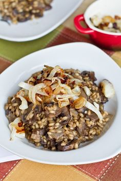 Mushroom Barley Risotto with Caramelized Onions (vegan) Delicious Vegan Recipes, Raw Food Recipes, Vegetarian Recipes, Vegan Mushroom Risotto, Barley Risotto, Frugal, Pasta, Curry, Vegan Foods