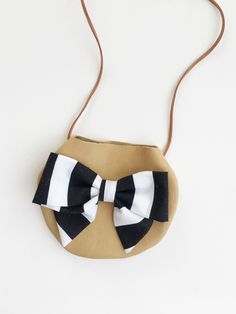 This purse is made from a deer tan cowhide leather in tan and features a black and white striped bow. The bow is securely stitched in place. Embroidery Bags, Diy Handbag, Little Designs, Fabric Bags, Girls Bags, Cute Bags, Leather Craft, Fashion Bags, Designer