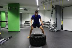 Brutale Power für den Rücken beim Tire Flip in der Functional Fitness Hall Den, Fitness, Gym Equipment, September, Training, Luxury, Work Outs, Workout Equipment, Excercise