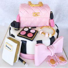 Carrot cake with caramelized nuts - HQ Recipes Birthday Cakes For Women, Birthday Cake Girls, 13 Birthday, Makeup Birthday Cakes, Glamour Cake, Fashionista Cake, Walnut Kernels, Caramel Icing, Cinnamon Powder