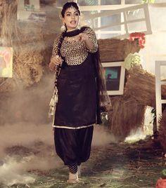 ਹਰ ਕੰਮ ਦੀ ਸ਼ੁਰੂਆਤ ਇੱਕ ਜ਼ਿੱਦ ਨਾਲ ਹੁੰਦੀ ਐ , ਉਸ ਚੀਜ਼ ਨੂੰ ਪਾਉਣ ਲਈ ਐਨੀ ਜ਼ਿੱਦ ਕਰੋ ਕਿ ਮੰਜ਼ਿਲ ਤੁਹਾਡੇ ਅੱਗੇ ਘੁਟਨੇ ਟੇਕ ਦੇਵੇਂ Costume Designer - Designer Suits Online, Indian Designer Suits, Indian Suits, Indian Dresses, Indian Wear, Eid Dresses, Pakistani Dresses, Black Punjabi Suit, Punjabi Suits