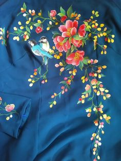 Quickly make ao dai Saree Painting, Dress Painting, Fabric Painting, Fabric Art, Hand Embroidery Dress, Hand Embroidery Patterns, Diy Embroidery, Embroidery Suits, Hand Painted Dress
