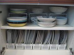 以前、ご紹介したことのあるキッチンのキャビネット。ここには食器がぎっしり詰まっています。 (過去の記事は、上段がこちら、下段がこちらです。) 今回...