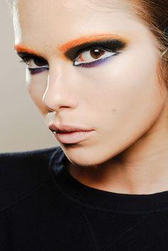 Prada    Strong Eyes: Die Doll Eyes der Models bei Prada leuchteten in Orange, Schwarz und Violett