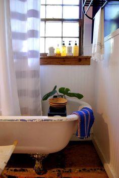 מדף עץ לאדן חלון המקלחת. יופי