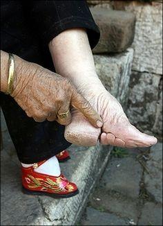 Voeten inbinden, tenen zitten onder de voet gevouwen...