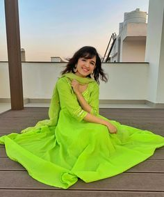 Shirley Setia is an indo Kiwi Singer. Hindustan Times and Forbes featured Setia as Bollywood's Next Big Singing Sensational. Here you will get the infromation about her Age, Family, Carrer, Height, Boyfreind and More Stuff. Beautiful Bollywood Actress, Beautiful Indian Actress, Hazel Grace Lancaster, Shirley Setia, Cute Statuses, Dress Indian Style, Indian Wear, Cute Girl Face, Jacqueline Fernandez