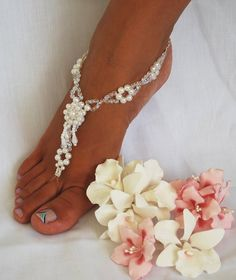 Foot Jewelry.. so pretty! But how does it stay straight on the foot?