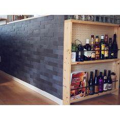 女性で、Otherの収納アイデア/お酒コーナー/お酒 棚/有孔ボード/収納/キッチン収納…などについてのインテリア実例を紹介。「もともとは白壁だったカウンターキッチン下の壁にエコカラットを貼りました。お陰様で、汚れも目立たなくなり快適に過ごせております(●´ω`●)」(この写真は 2015-12-17 14:46:31 に共有されました)