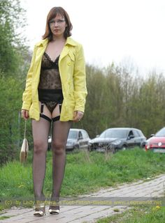Sie Kerl Hebt Ihr Gelbes Kleid Hoch