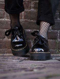 Volete saperne di più sul trend calze a rete? Leggete qui tutte le notizie e i modi per abbinare queste calze senza tempo!