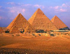 EGYPTE   2575 B.C  DE GROTE PIRAMIDE VAN CHEOPS Gizeh Egypte  // De Grote Piramide ( midden ) besloeg oorspronkelijk 5,26 ha en tweemaal zo groot als de St.-Pieter in Rome.