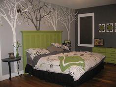 cama com fundo de 4 arbores