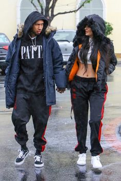 Kylie Jenner & Tyga Wear Matching Outfits in the Rain! Kylie Jenner and her boyfriend Tyga wore matching outfits while out and about on Saturday (November in Calabasas, Calif. Tyga And Kylie, Trajes Kylie Jenner, Estilo Kylie Jenner, Kyle Jenner, Kylie Jenner Outfits, Kendall And Kylie Jenner, Mode Masculine, Black Couples, Cute Couples