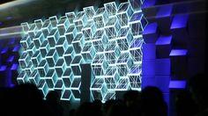 Dans le cadre des Rencontres Internationales du Documentaire de Montréal, nous avons réalisé une installation scénographique avec projection vidéo. Celle-ci se basait sur l'utilisation de boîtes de carton, élément récurrent de la décoration de cette édition des RIDM (gracieuseté de La Firme) . Pliées et assemblées, ces boîtes créaient une surface tridimensionnelle