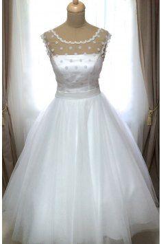 69d068a00de Svatební šaty s puntíkatým živůtkem a tylovou sukní