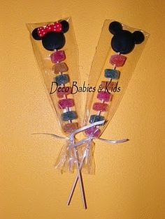 Brochetas de dulces Mickey Mouse Birthday Decorations, Minnie Mouse Theme Party, Fiesta Mickey Mouse, Minnie Mouse Birthday Cakes, Mickey Mouse Clubhouse Birthday Party, Mickey Birthday, Mickey Party, Mickey Minnie Mouse, Ideas