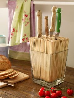 Knife block DIY (for silver round IKEA metal cans) The post We lead a double life: Make great decoration yourself appeared first on Best Pins for Yours. Diy Kitchen, Kitchen Decor, Kitchen Gadgets, Kitchen Knives, Cheap Kitchen, Kitchen Storage, Diy Casa, Knife Holder, Home Hacks