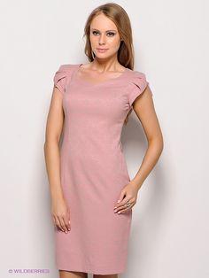 Платья KEY FASHION купить за 5780 рублей в интернет  магазине  со  скидкой Элегантное платье-футляр из качественной фактурной ткани розово-бежевого цвета. Платье полуприлегающего силуэта, длиной до колен, со шлицей сзади, с красивым фигурным вырезом горловины, короткие рукава декорированы встречными складками. На спинке выполнена вертикальная планка. Спереди выполнены рельефы, сзади вертикальные вытачки, дающие идеальную посадку платья по фигуре.